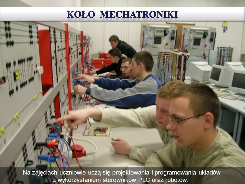 Na zajęciach uczniowie uczą się projektowania i programowania układów z wykorzystaniem sterowników PLC oraz robotów.