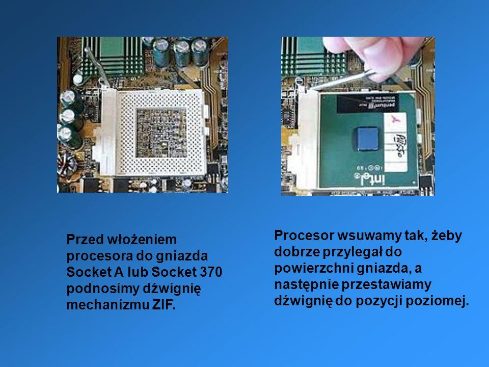 Przed włożeniem procesora do gniazda Socket A lub Socket 370 podnosimy dźwignię mechanizmu ZIF. Procesor wsuwamy tak, żeby dobrze przylegał do powierz