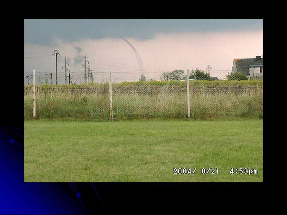 Tornado Tornado to powietrzny wir w kształcie leja lub rękawa. Jest to zjawisko trwające zaledwie kilka minut, ale bardzo gwałtowne i katastrofalne w