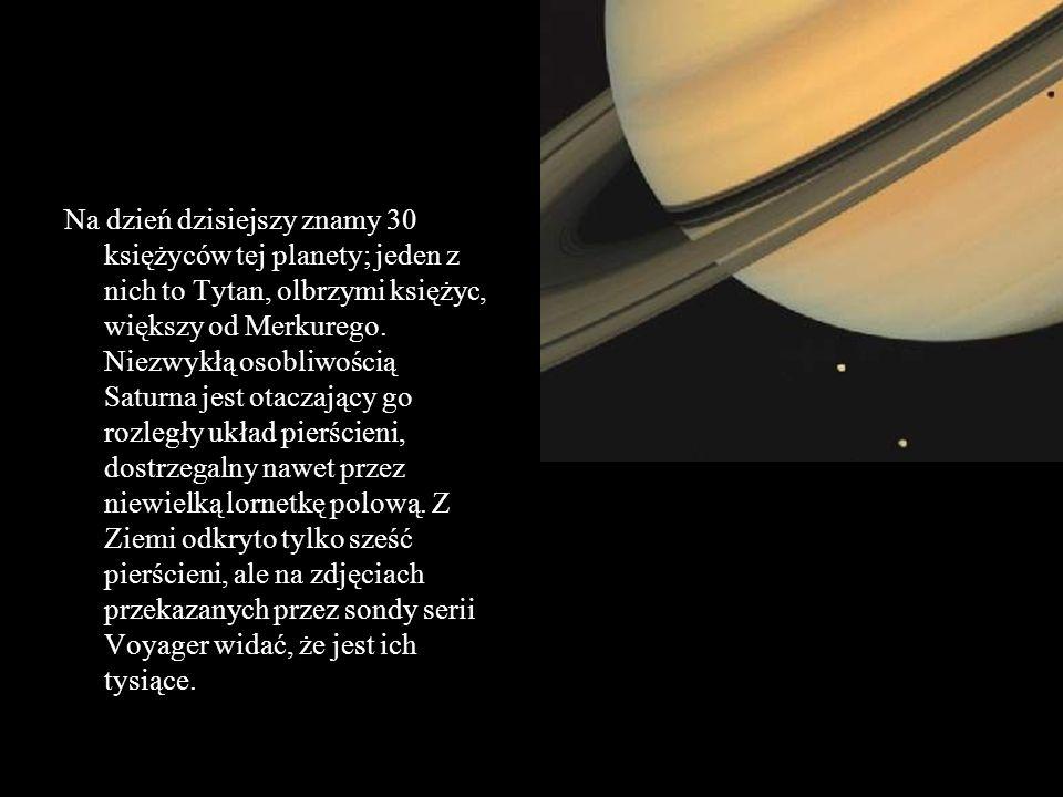 Na dzień dzisiejszy znamy 30 księżyców tej planety; jeden z nich to Tytan, olbrzymi księżyc, większy od Merkurego. Niezwykłą osobliwością Saturna jest