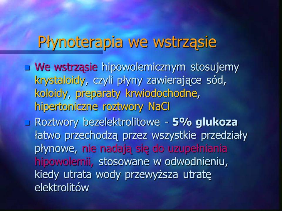 Płynoterapia we wstrząsie n We wstrząsie hipowolemicznym stosujemy krystaloidy, czyli płyny zawierające sód, koloidy, preparaty krwiodochodne, hiperto