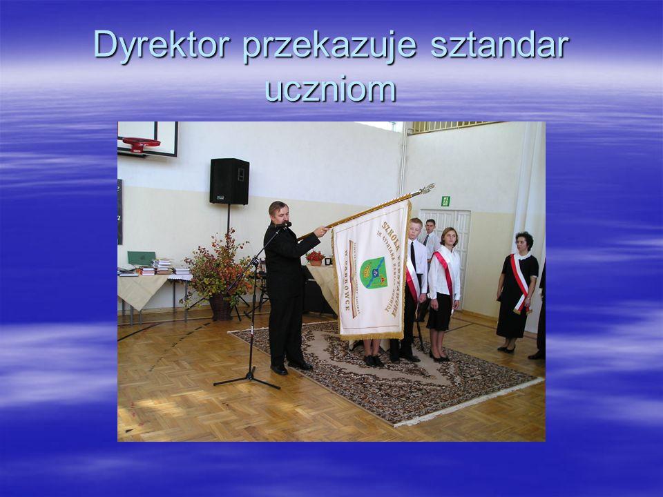 Dyrektor przekazuje sztandar uczniom