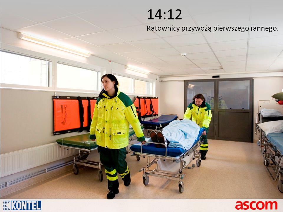 14:12 Ratownicy przywożą pierwszego rannego.