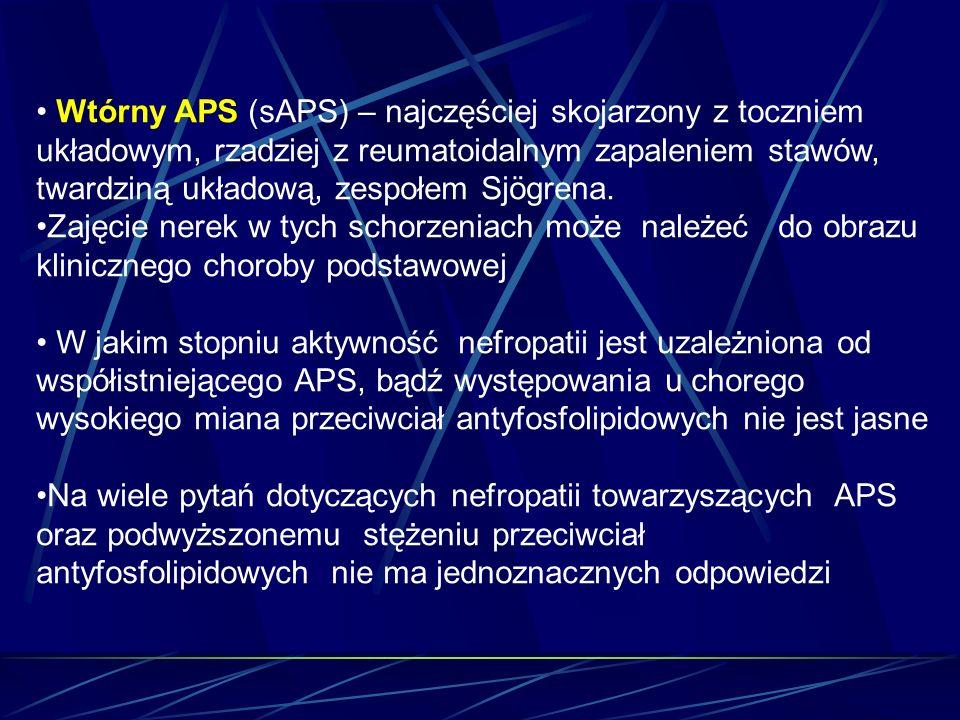 Wtórny APS (sAPS) – najczęściej skojarzony z toczniem układowym, rzadziej z reumatoidalnym zapaleniem stawów, twardziną układową, zespołem Sjögrena. Z