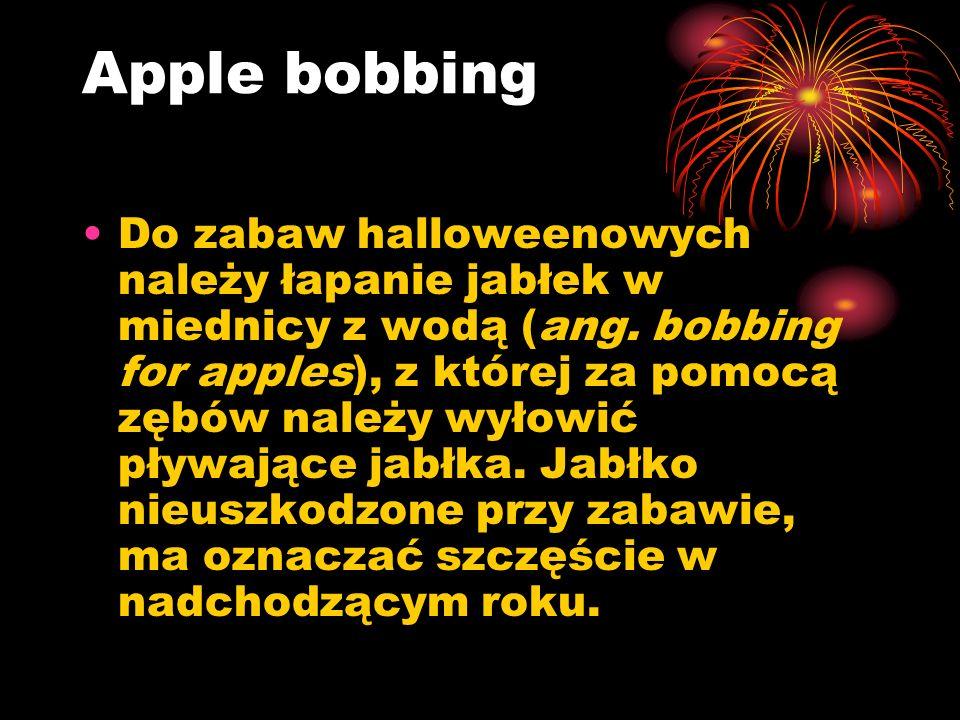 Inne zabawy Halloweenowe zabawy to również przeskakiwanie przez świeczki, które są rozstawione w kole na ziemi.