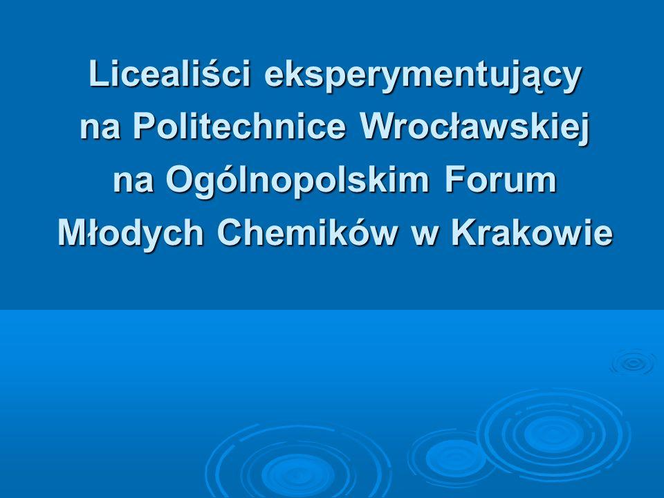 Licealiści eksperymentujący na Politechnice Wrocławskiej na Ogólnopolskim Forum Młodych Chemików w Krakowie