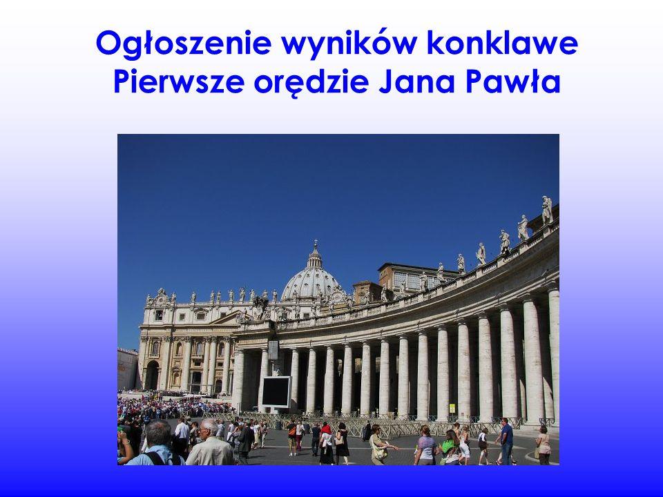 Tłum stał i czekał na ogłoszenie kto będzie nowym papieżem, głową kościoła.