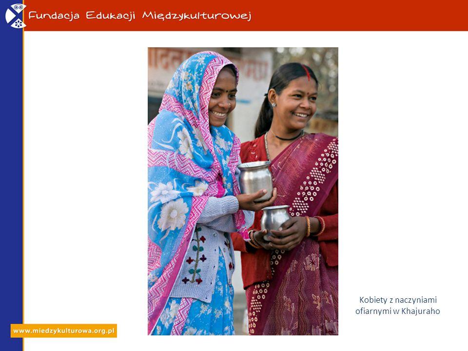 Kobiety z naczyniami ofiarnymi w Khajuraho