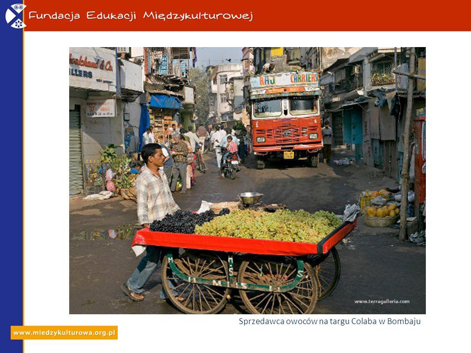 Sprzedawca owoców na targu Colaba w Bombaju