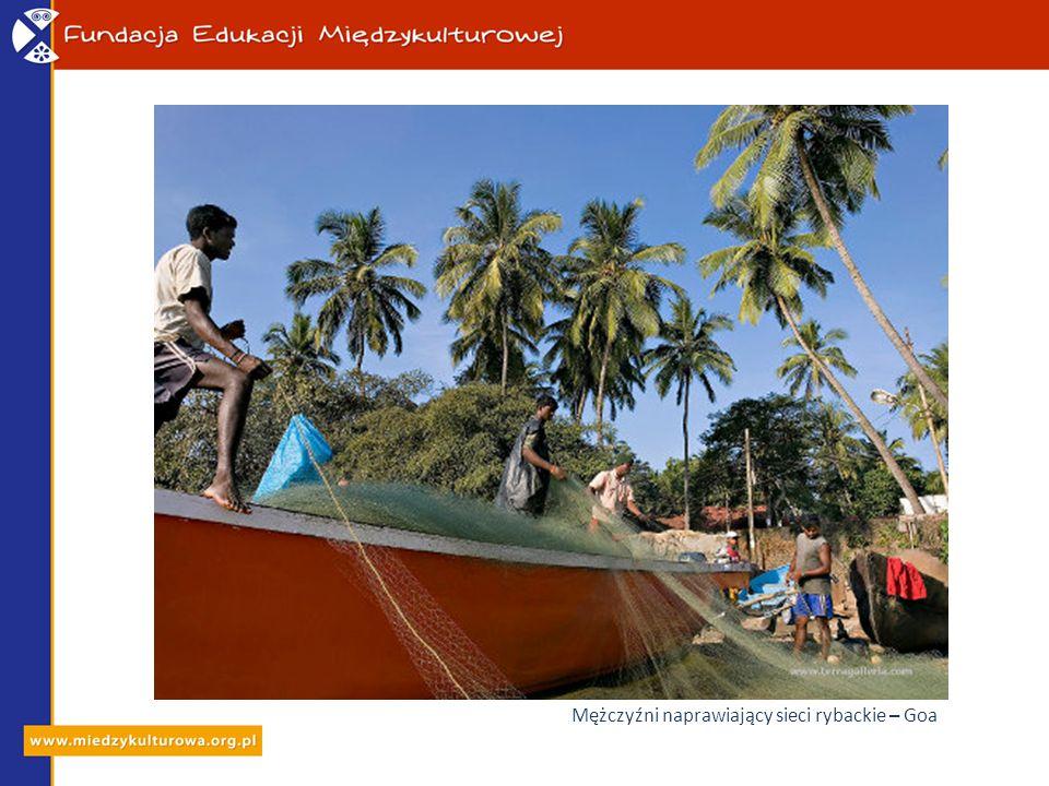 Mężczyźni naprawiający sieci rybackie – Goa