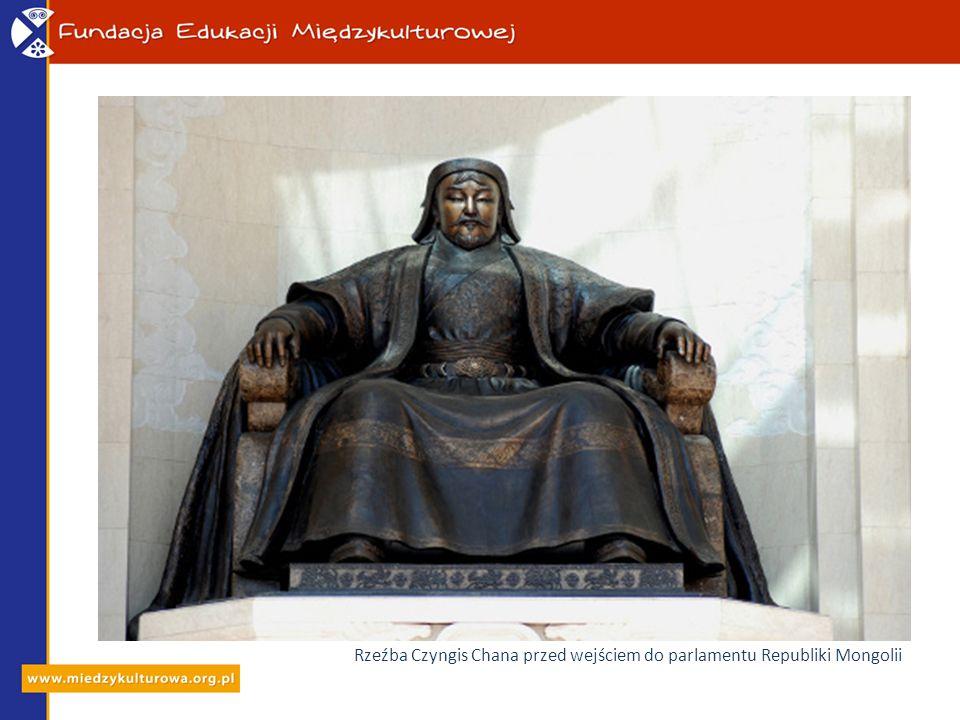 Rzeźba Czyngis Chana przed wejściem do parlamentu Republiki Mongolii
