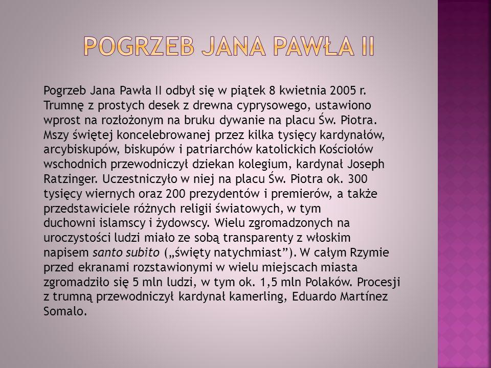 Pogrzeb Jana Pawła II odbył się w piątek 8 kwietnia 2005 r. Trumnę z prostych desek z drewna cyprysowego, ustawiono wprost na rozłożonym na bruku dywa