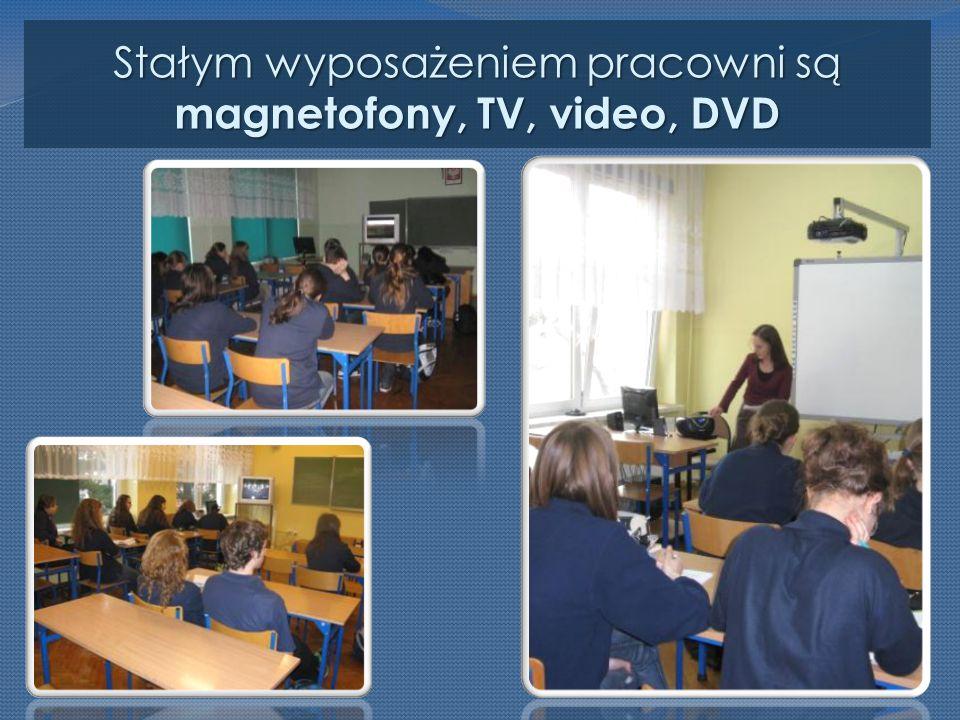 Stałym wyposażeniem pracowni są magnetofony, TV, video, DVD
