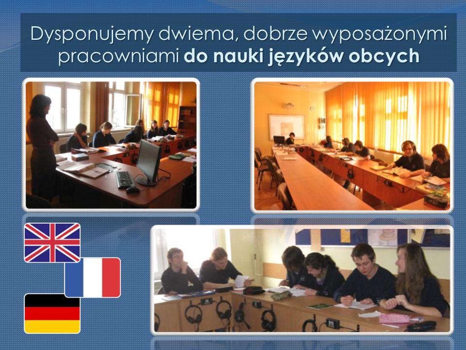 Dysponujemy dwiema, dobrze wyposażonymi pracowniami do nauki języków obcych