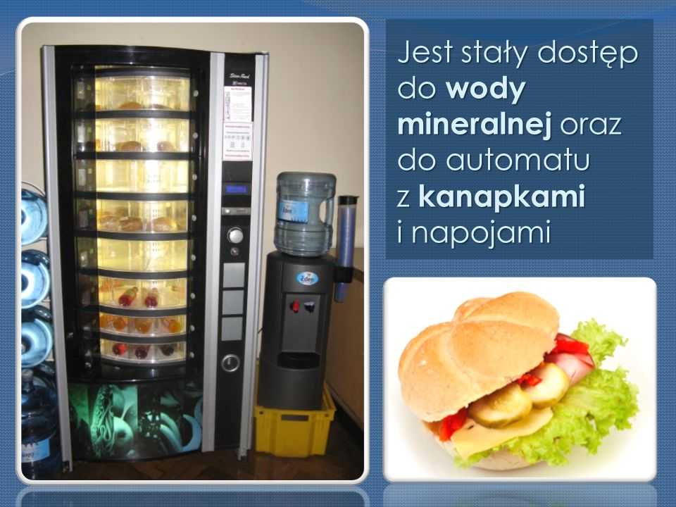 Jest stały dostęp do wody mineralnej oraz do automatu z kanapkami i napojami