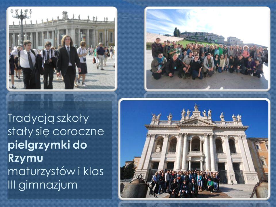 Tradycją szkoły stały się coroczne pielgrzymki do Rzymu maturzystów i klas III gimnazjum