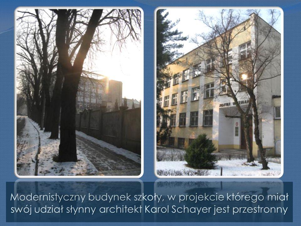 Modernistyczny budynek szkoły, w projekcie którego miał swój udział słynny architekt Karol Schayer jest przestronny