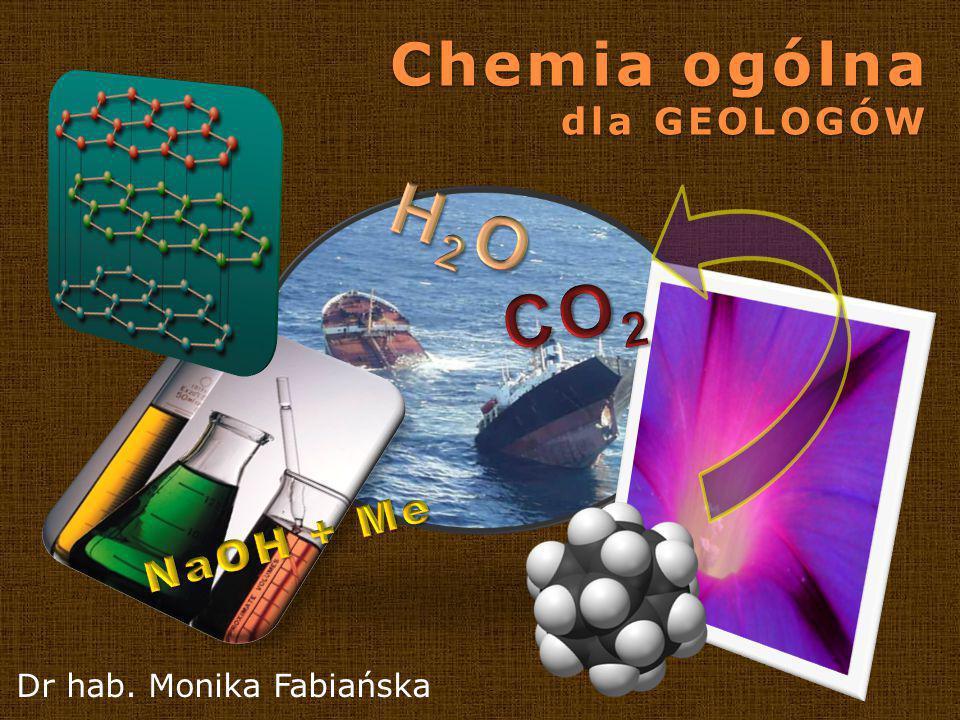 Program kursu 2 Wykład 1 CHEMIA A GEOLOGIA (porównanie metod badawczych obu dziedzin, znaczenie poznania chemii dla zrozumienia procesów środowiskowych na przykładzie rozpuszczania węglanu wapnia; chemia, geologia, ochrona środowiska a technologia) Wykład 2Materia (krótki rys zmian poglądów na budowę materii, budowa materii we współczesnym ujęciu, pochodzenie pierwiastków i ich zróżnicowanie, skład pierwiastkowy Ziemi, Wszechświata i biosfery, układ okresowy – grupy główne i poboczne, zmiany własności chemicznych w okresach, izotopy, amorficzność) Wykład 3Atomy i pierwiastki (Budowa atomu: konfiguracja elektronowa, typy orbitali, przemiany jądrowe.