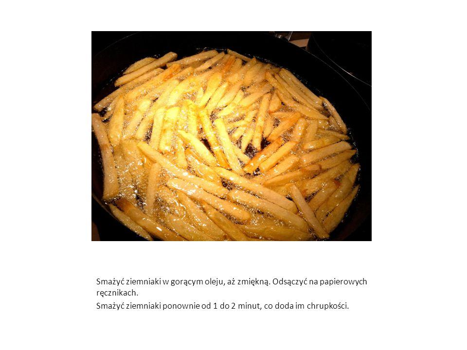 Smażyć ziemniaki w gorącym oleju, aż zmiękną. Odsączyć na papierowych ręcznikach. Smażyć ziemniaki ponownie od 1 do 2 minut, co doda im chrupkości.