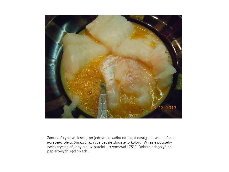 Zanurzać rybę w cieście, po jednym kawałku na raz, a następnie wkładać do gorącego oleju. Smażyć, aż ryba będzie złocistego koloru. W razie potrzeby z