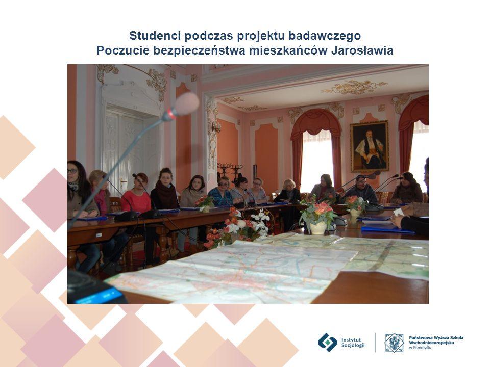 Studenci podczas projektu badawczego Poczucie bezpieczeństwa mieszkańców Jarosławia