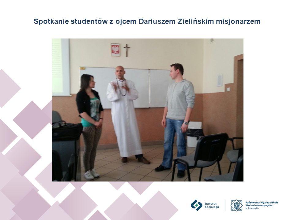 Spotkanie studentów z ojcem Dariuszem Zielińskim misjonarzem