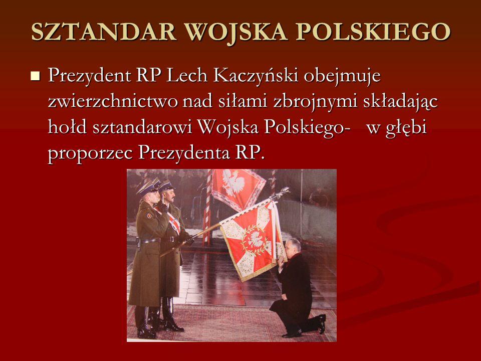 SZTANDAR WOJSKA POLSKIEGO Prezydent RP Lech Kaczyński obejmuje zwierzchnictwo nad siłami zbrojnymi składając hołd sztandarowi Wojska Polskiego-w głębi