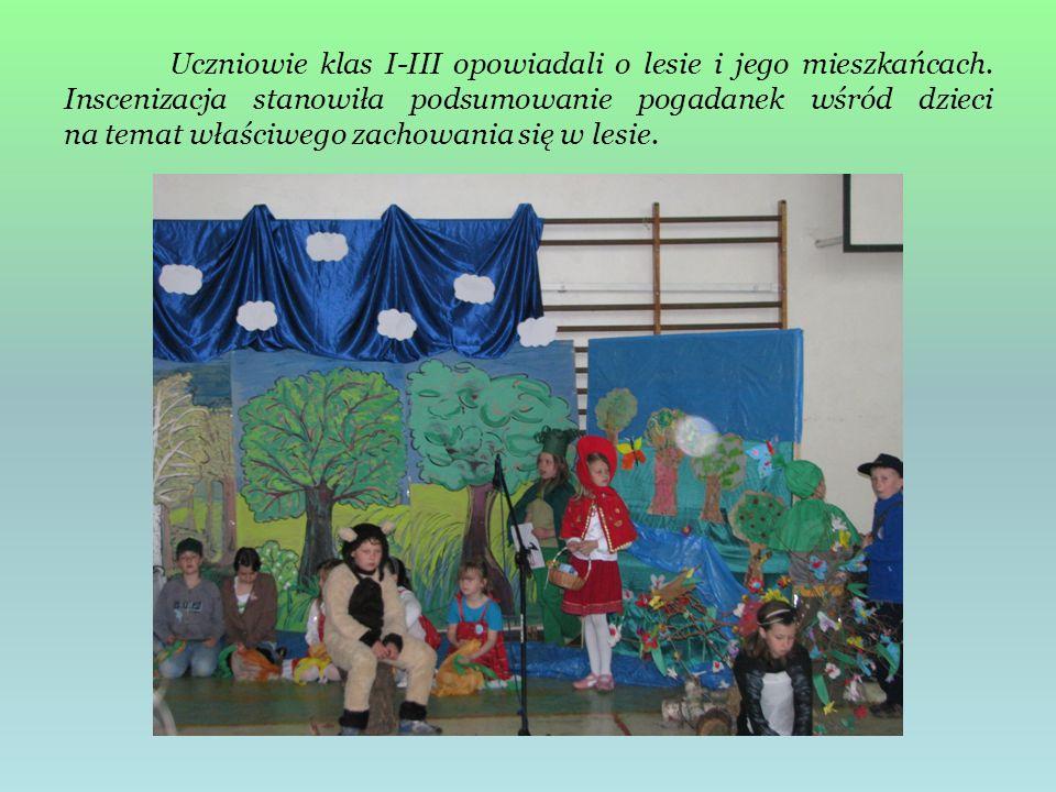 Uczniowie klas I-III opowiadali o lesie i jego mieszkańcach. Inscenizacja stanowiła podsumowanie pogadanek wśród dzieci na temat właściwego zachowania