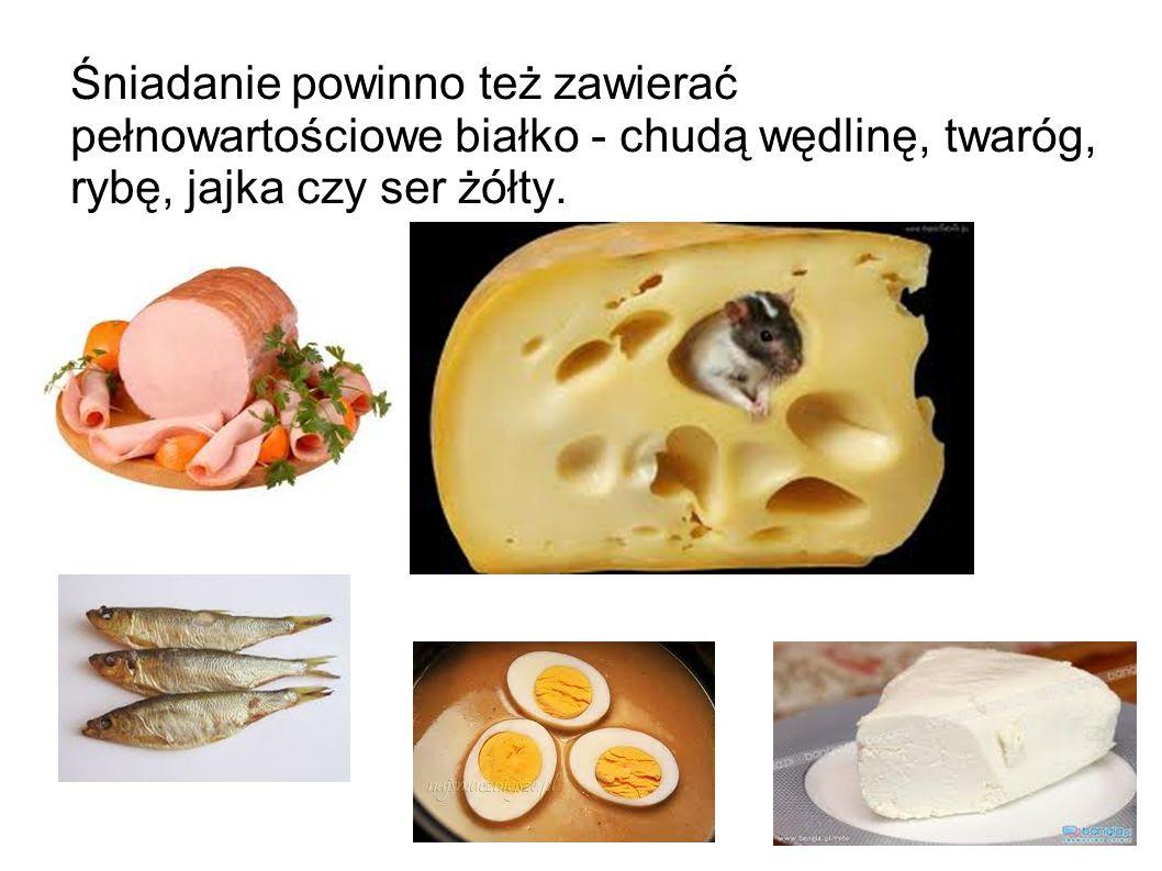 Śniadanie powinno też zawierać pełnowartościowe białko - chudą wędlinę, twaróg, rybę, jajka czy ser żółty.