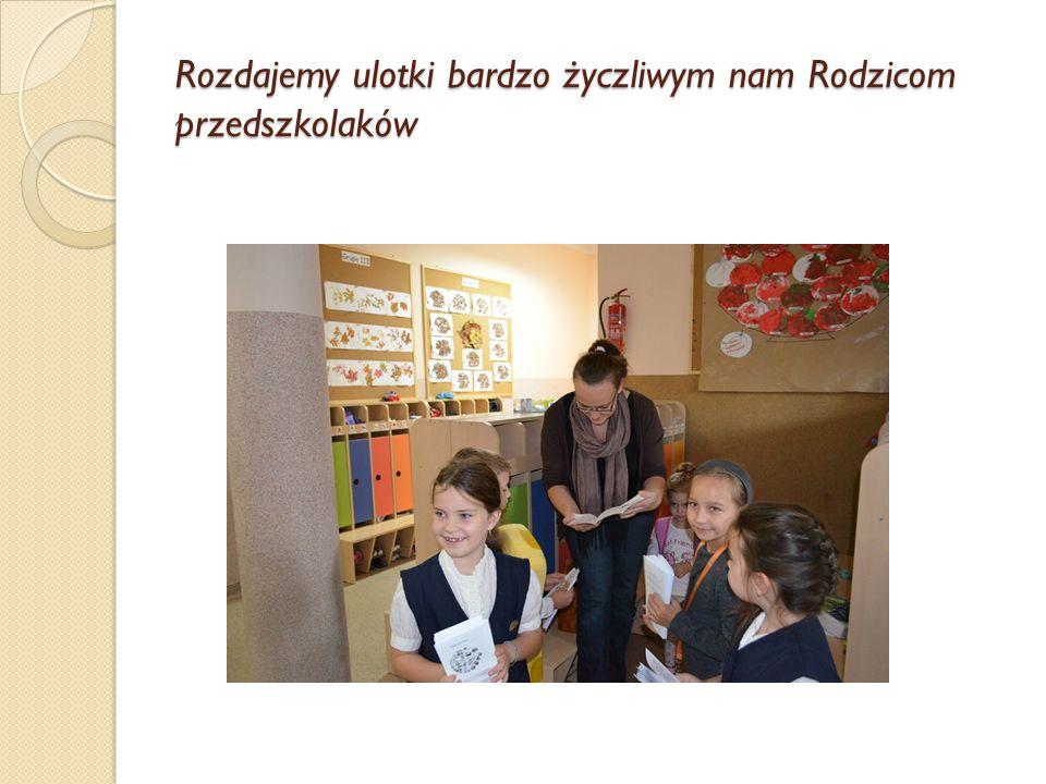 Rozdajemy ulotki bardzo życzliwym nam Rodzicom przedszkolaków