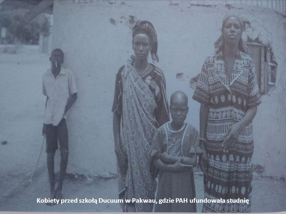 Kobiety przed szkołą Ducuum w Pakwau, gdzie PAH ufundowała studnię