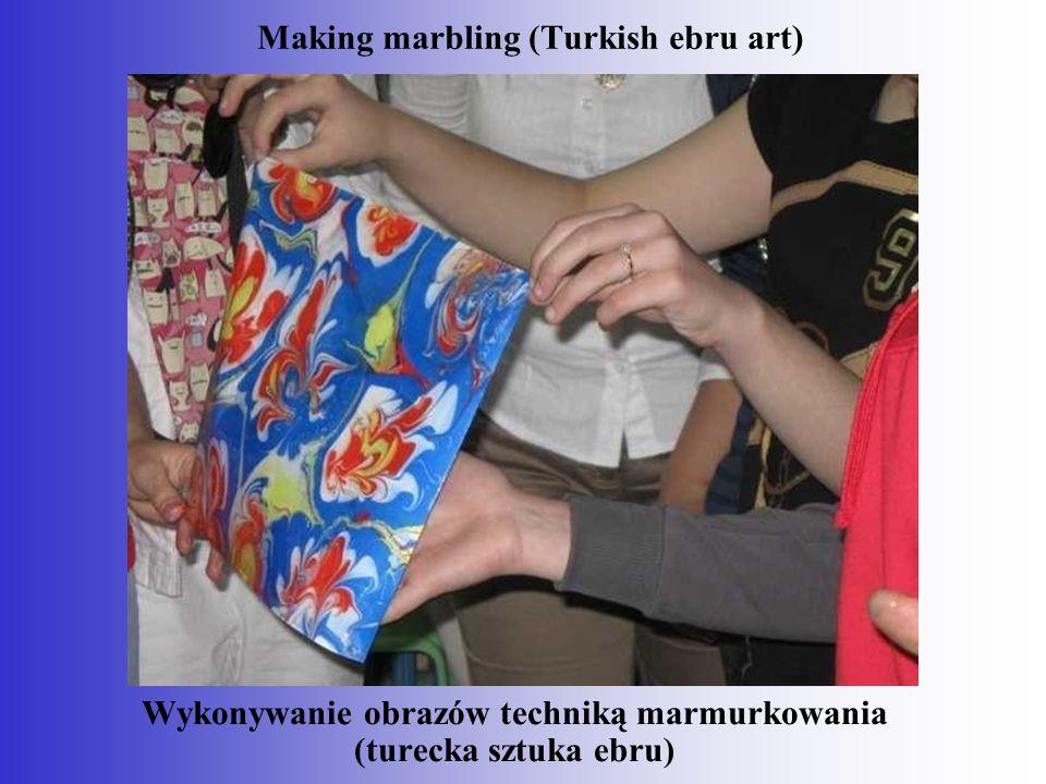 Wykonywanie obrazów techniką marmurkowania (turecka sztuka ebru) Making marbling (Turkish ebru art)