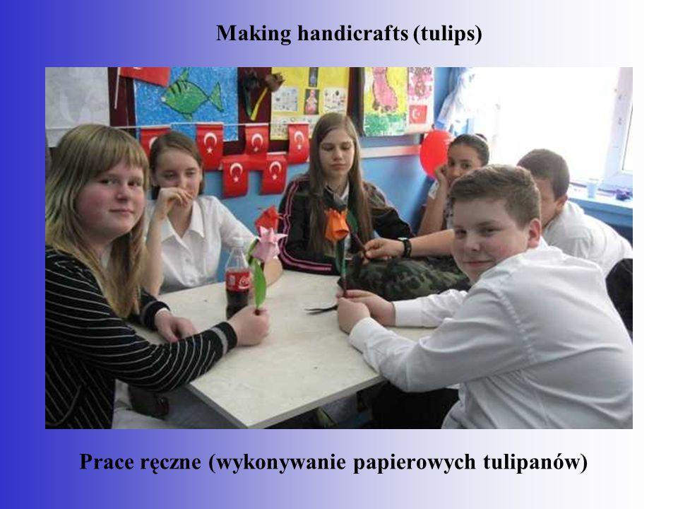 Prace ręczne (wykonywanie papierowych tulipanów) Making handicrafts (tulips)