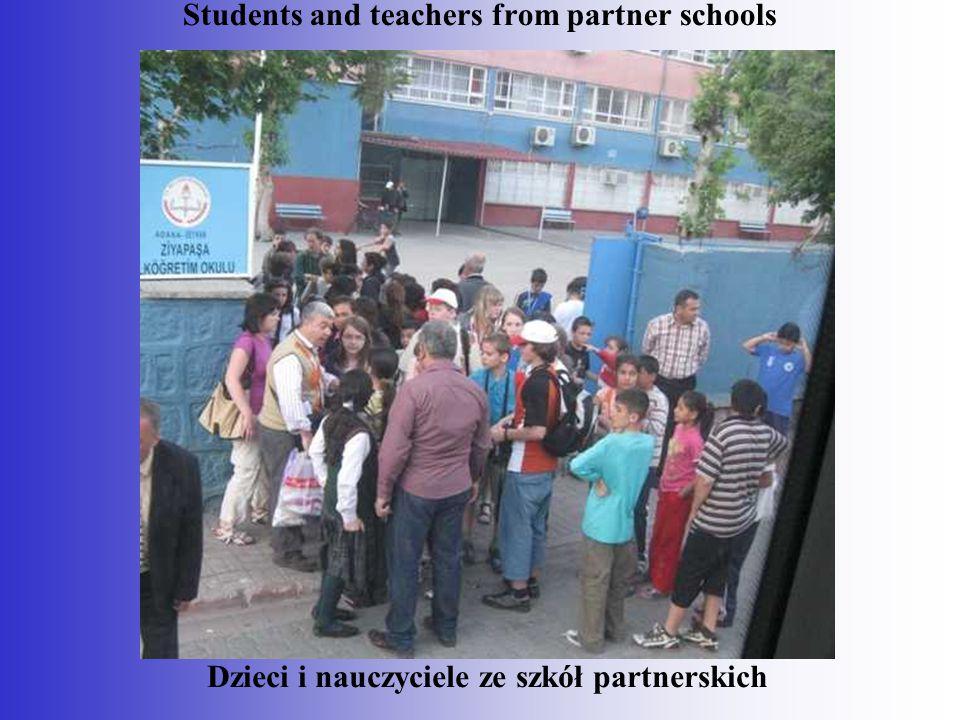 Dzieci i nauczyciele ze szkół partnerskich Students and teachers from partner schools