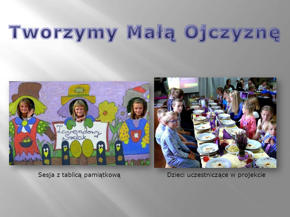 Sesja z tablicą pamiątkowąDzieci uczestniczące w projekcie