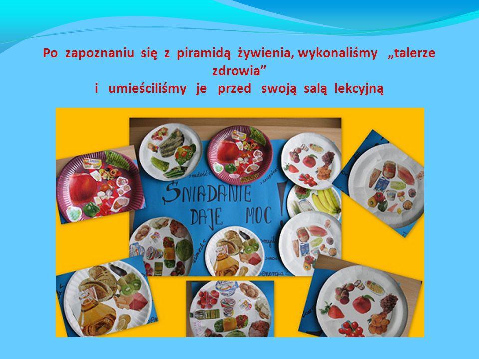 """Po zapoznaniu się z piramidą żywienia, wykonaliśmy """"talerze zdrowia i umieściliśmy je przed swoją salą lekcyjną"""