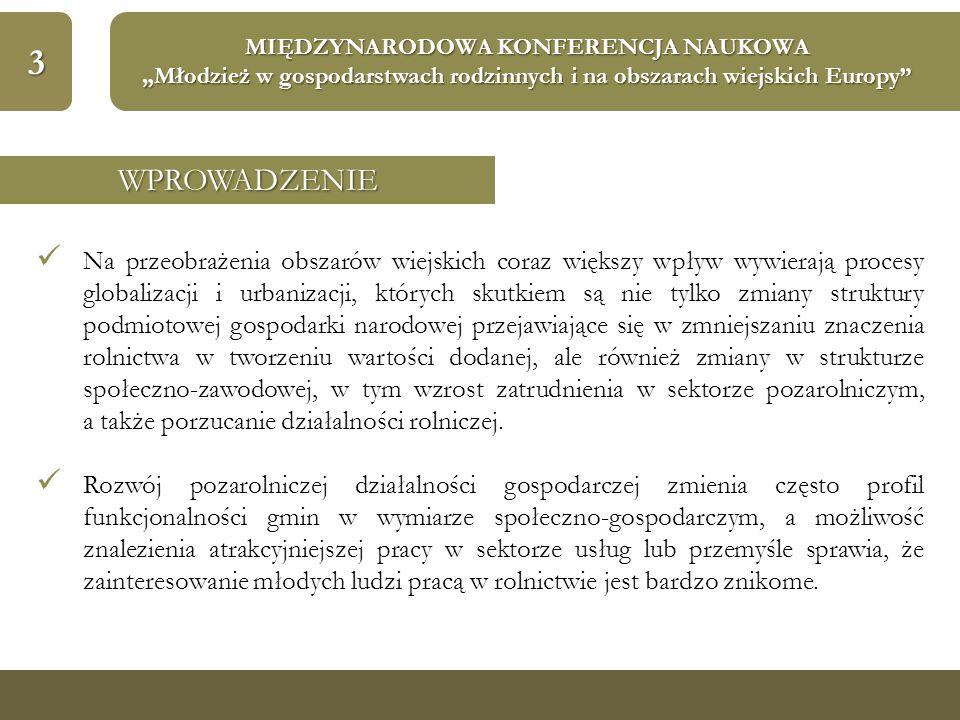 """14 MIĘDZYNARODOWA KONFERENCJA NAUKOWA """"Młodzież w gospodarstwach rodzinnych i na obszarach wiejskich Europy WNIOSKI Wyraźnie rozdrobniona struktura agrarna oraz występowanie niekorzystnych warunków do gospodarowania ziemią, generujące ograniczone możliwości uzyskania parytetowych dochodów z małopolskiego rolnictwa, które są znacznie niższe niż średnio w kraju powoduje, ograniczenie w sukcesji gospodarstw rolnych Małopolski, gdzie dla ponad 25% gospodarstw wiek ich kierowników przekroczył 55 lat."""