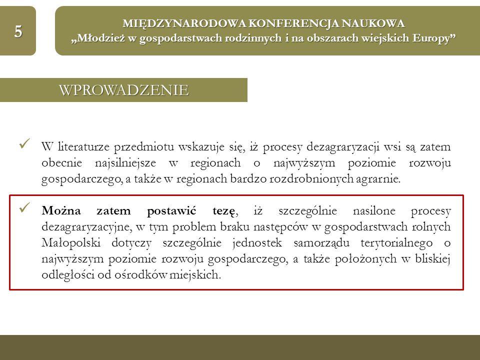 """16 MIĘDZYNARODOWA KONFERENCJA NAUKOWA """"Młodzież w gospodarstwach rodzinnych i na obszarach wiejskich Europy WNIOSKI Prowadzone badania w jednostkach samorządu terytorialnego, o statusie wiejskim, zlokalizowanych na obszarach peryferyjnych Małopolski wykazały, iż zjawisko intensywnych emigracji zarobkowych w kierunku miast i zagranicę jest czynnikiem destymulującym rozwój produkcji rolniczej, a tym samym perspektywy przekazania gospodarstw rolnych następcy."""