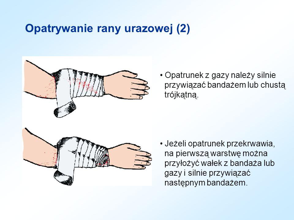 Opatrywanie rany urazowej (2) Opatrunek z gazy należy silnie przywiązać bandażem lub chustą trójkątną. Jeżeli opatrunek przekrwawia, na pierwszą warst