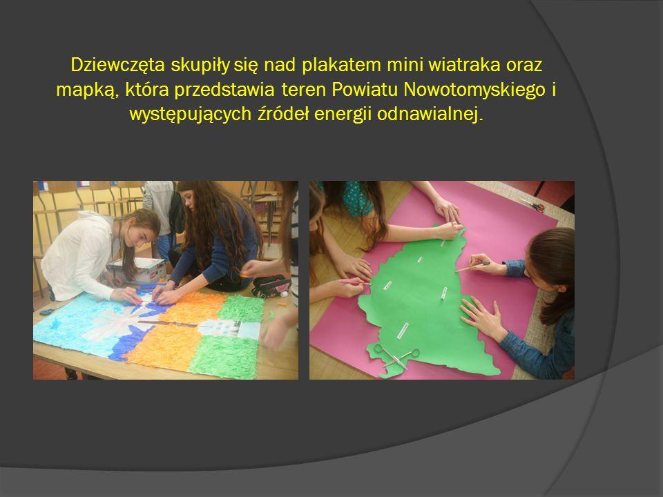 Dziewczęta skupiły się nad plakatem mini wiatraka oraz mapką, która przedstawia teren Powiatu Nowotomyskiego i występujących źródeł energii odnawialnej.