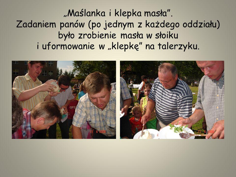 Panie przy pomocy uczniów z ogrzanego mleka musiały wykonać ser.