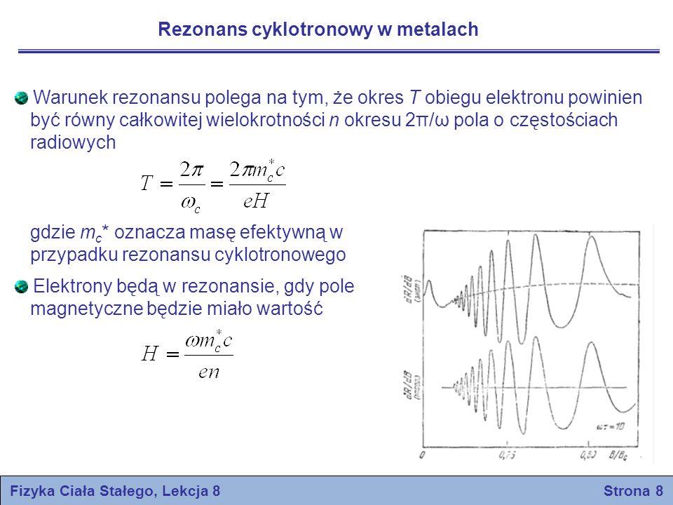 Efekt de Haasa-van Alphena Efekt de Haasa-van Aphena polega na oscylacjach momentu magnetycznego zachodzących w funkcji natężenia pola magnetycznego Efekt de Haasa-van Alphena powstaje wskutek periodycznych zmian całkowitej energii elektronu zachodzących w funkcji statycznego pola magnetycznego Powyższa zmiana energii objawia się w doświadczeniu jako periodyczna zmiana momentu magnetycznego metalu W przedstawionych rozważaniach pomijamy spin elektronu W dwuwymiarowym modelu poziomy energetyczne (poziomy Landaua) swobodnego elektronu w polu H W próbce o kształcie kwadratu o boku L na każdą wartość liczby kwantowej n przypada stanów Fizyka Ciała Stałego, Lekcja 8 Strona 9