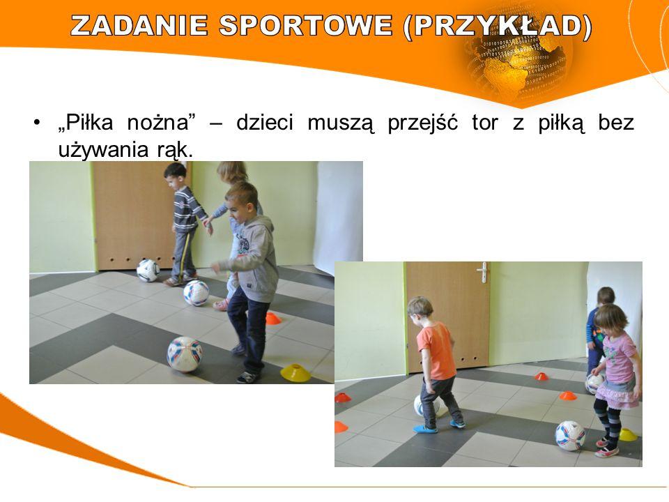 """""""Piłka nożna"""" – dzieci muszą przejść tor z piłką bez używania rąk."""