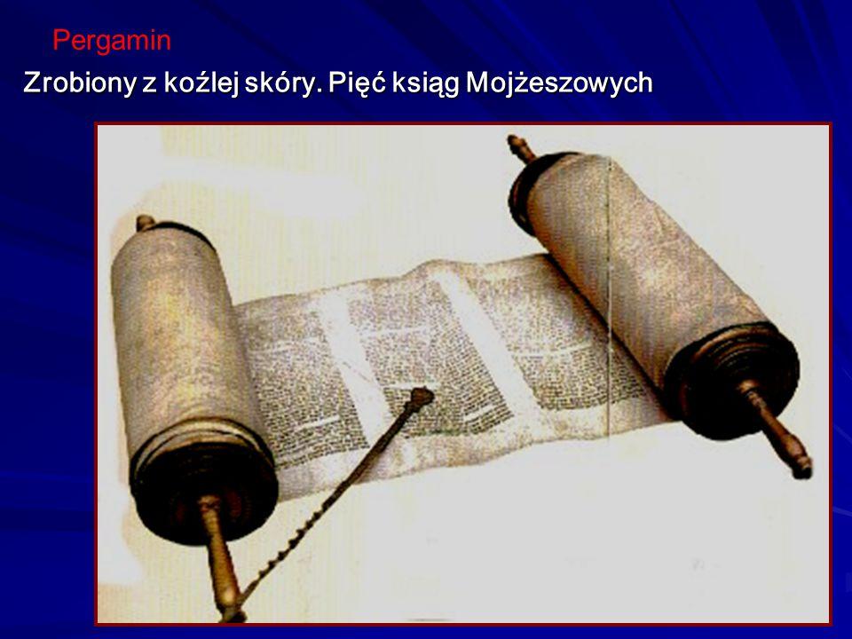 Później arkusz został przygnieciony, Aby powstał mocny papier Na gotowym papirusie skryba pisze list