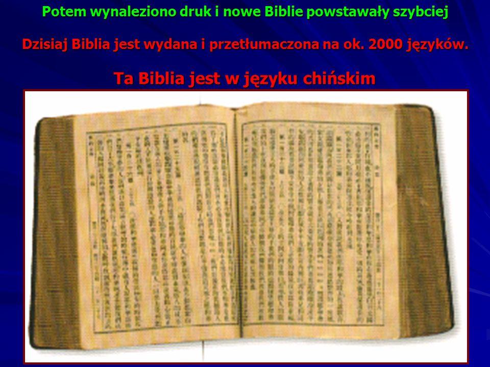 Potem mnisi przepisywali Biblię. To trwało bardzo długo, nawet wiele lat. Biblia była bardzo, bardzo droga i tylko bogaci ludzie mogli kupić ją dla si