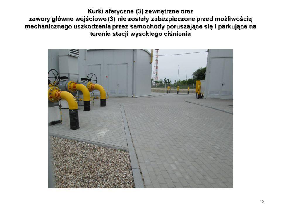 Kurki sferyczne (3) zewnętrzne oraz zawory główne wejściowe (3) nie zostały zabezpieczone przed możliwością mechanicznego uszkodzenia przez samochody