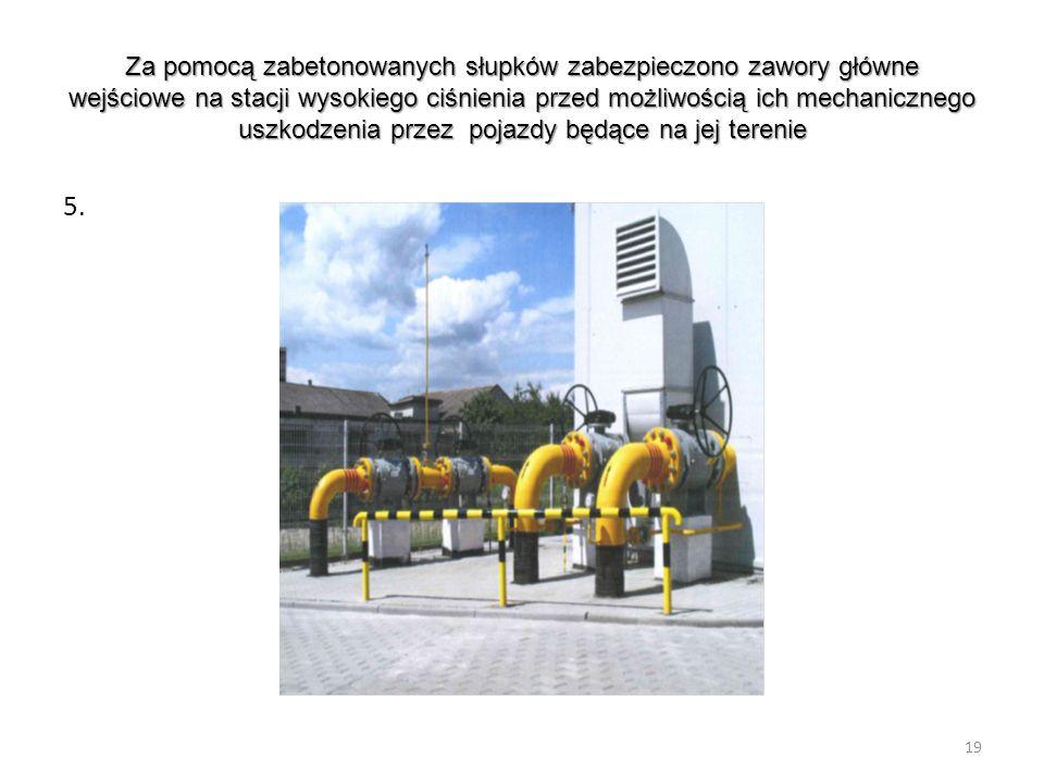 Za pomocą zabetonowanych słupków zabezpieczono zawory główne wejściowe na stacji wysokiego ciśnienia przed możliwością ich mechanicznego uszkodzenia p