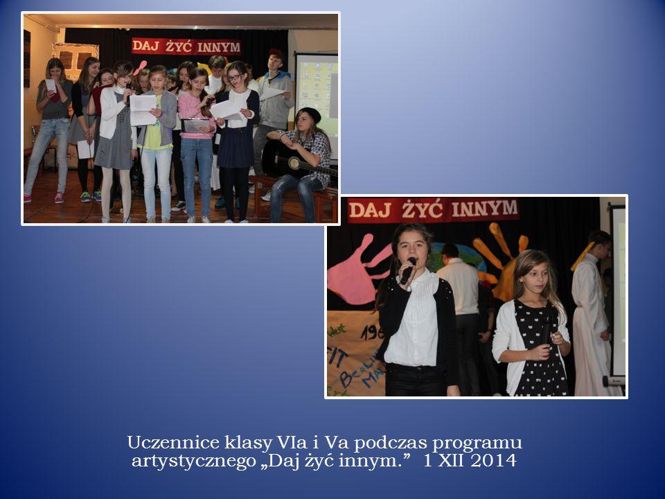 """Uczennice klasy VIa i Va podczas programu artystycznego """"Daj żyć innym. 1 XII 2014"""