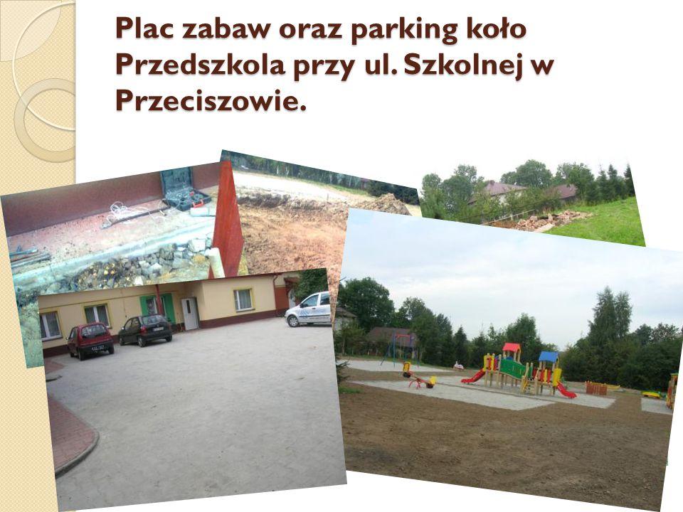 Plac zabaw oraz parking koło Przedszkola przy ul. Szkolnej w Przeciszowie.