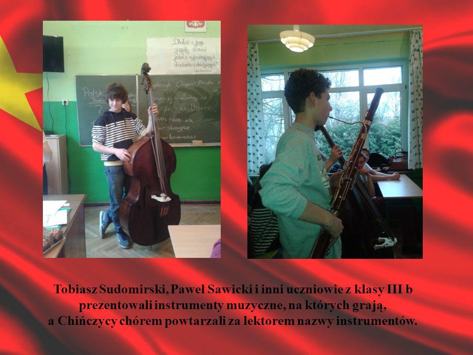 Tobiasz Sudomirski, Paweł Sawicki i inni uczniowie z klasy III b prezentowali instrumenty muzyczne, na których grają, a Chińczycy chórem powtarzali za lektorem nazwy instrumentów.